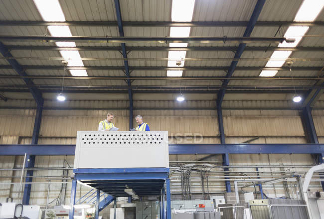 Руководители на платформе над сталелитейным заводом — стоковое фото