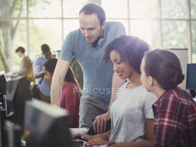 Studenti di college che utilizzano i calcolatori nel laboratorio di informatica — Foto stock