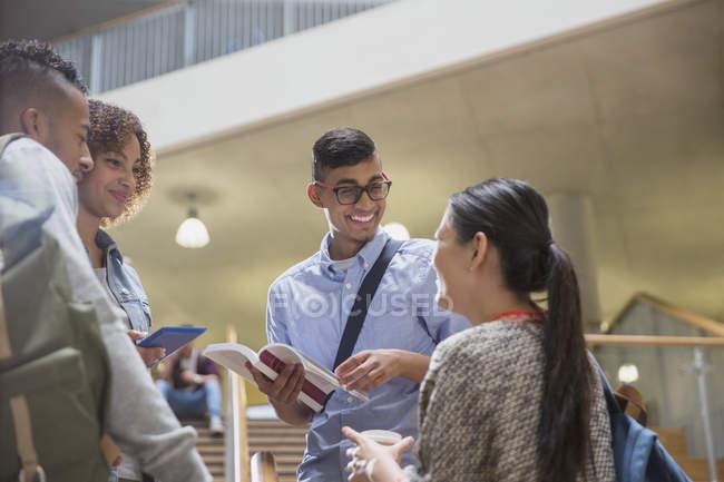 Giovani studenti del college parlare insieme — Foto stock