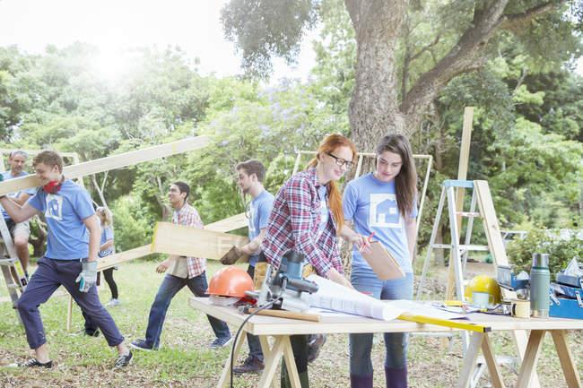Волонтери працюють на будмайданчик — Stock Photo