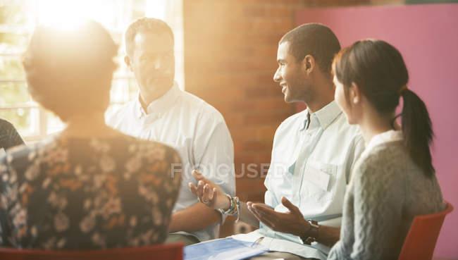 Homem falando em sessão de terapia de grupo — Fotografia de Stock