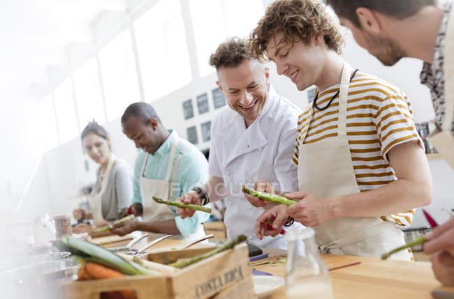 Преподаватель повара и студенты кулинарного класса — стоковое фото