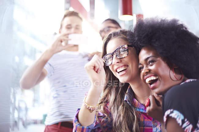 Rindo amigos saindo no café moderno — Fotografia de Stock