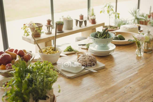 Хліб, вершкове масло, фрукти, макарони, спаржею і зелень їдальні таблиці — стокове фото