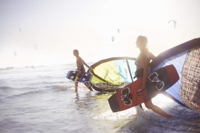 Couple, marche en surf avec équipement de kiteboard — Photo de stock