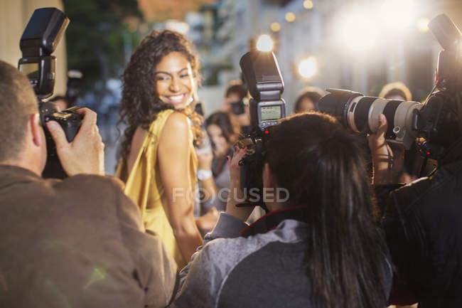 Знаменитості, звертаючись до фотографування папарацці фотографів посміхатися — стокове фото