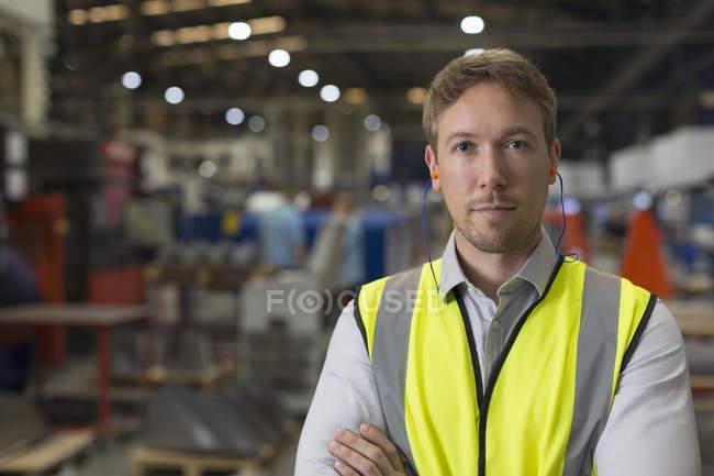 Портрет серьезный руководитель на сталелитейном заводе — стоковое фото