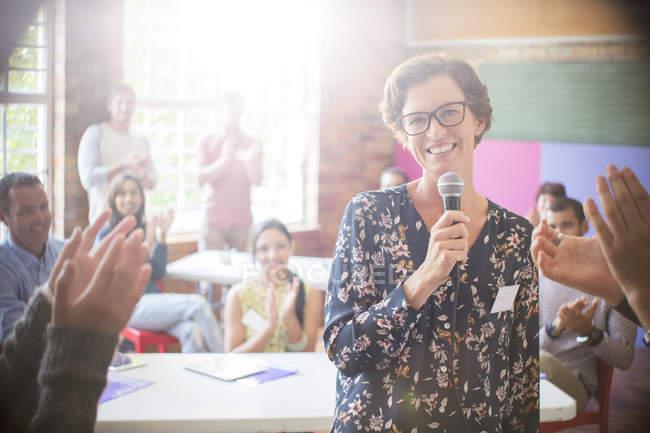 Plateia batendo palmas para mulher no centro comunitário — Fotografia de Stock