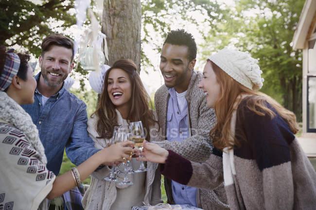 Amigos brindando com taças de champanhe no pátio — Fotografia de Stock