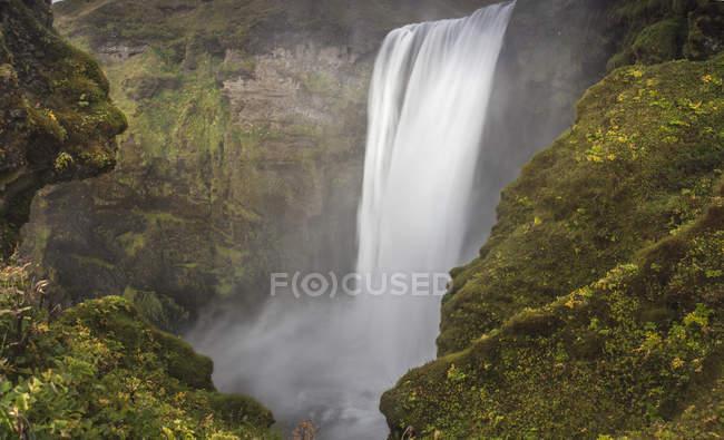 Vista da cachoeira do penhasco — Fotografia de Stock