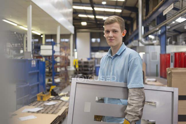 Портрет працівник проведення шматок в сталевих заводу — стокове фото