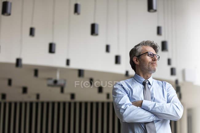 Uomo d'affari pensieroso guardando altrove — Foto stock