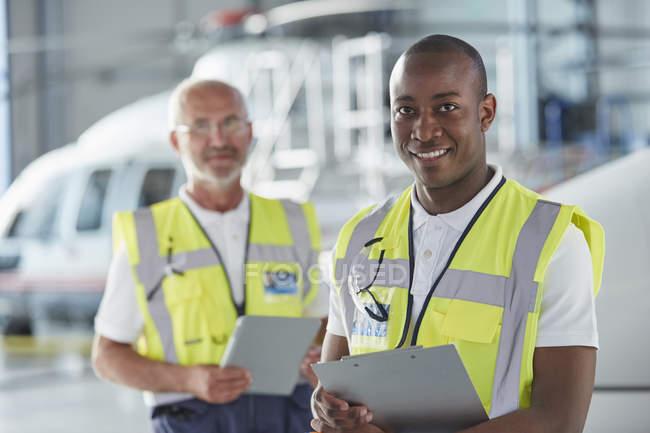 Retrato sorridente ar tráfego controle pessoal de terra trabalhador com prancheta — Fotografia de Stock