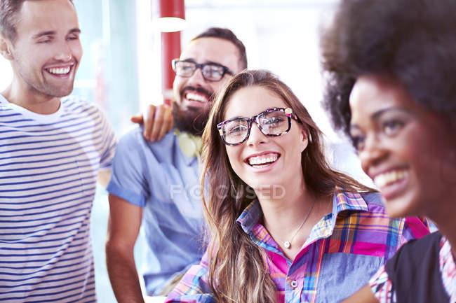 Amigos, sorrindo e rindo no café moderno — Fotografia de Stock