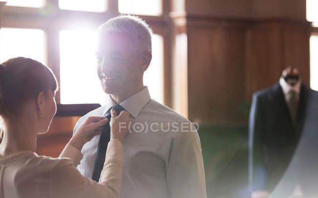 Corbata de ajuste a medida para hombre de negocios en la tienda de ropa masculina - foto de stock