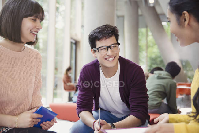 Souriant étudiants de collège parlant dans les communs — Photo de stock