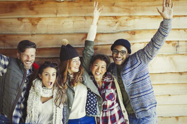 Porträt verspielte Freunde jubeln außerhalb der Kabine — Stockfoto