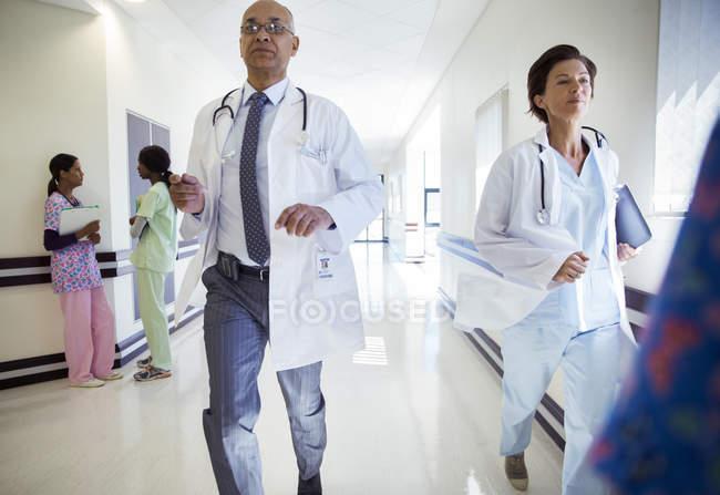 Врачи, работает вниз коридор больницы — стоковое фото