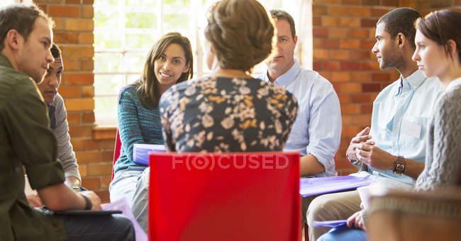 Séance de thérapie de groupe pour femme — Photo de stock