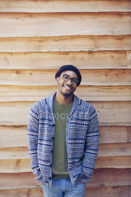 Портрет улыбающийся мужчина снаружи кабины — стоковое фото