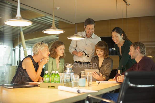 Uomini d'affari che parlano in riunione d'ufficio — Foto stock