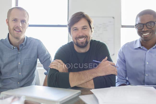 Porträt von drei lächelnden Geschäftsleuten im Amt — Stockfoto