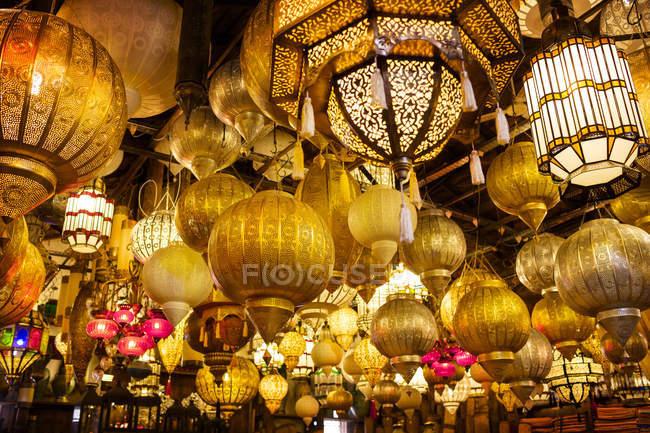Niedrigen Winkel Ansicht der verschiedenen beleuchtete Lampen im Markt — Stockfoto