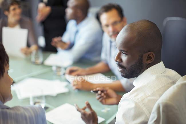 Бизнесмен беседует с коллегой во время деловой встречи в конференц-зале — стоковое фото