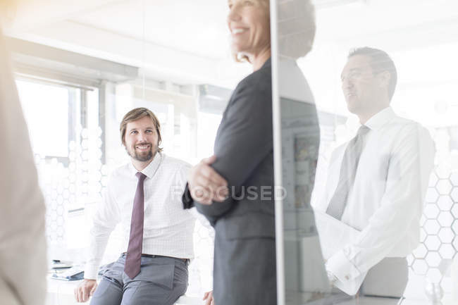 Встречи в современном офисе — стоковое фото