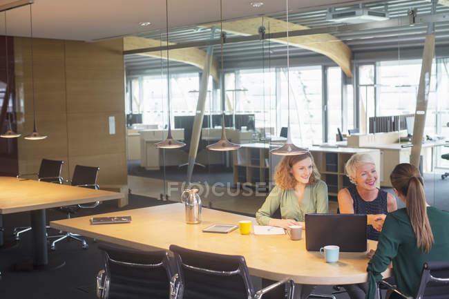 Estrechar las manos en la reunión de la oficina de mujeres empresarias - foto de stock