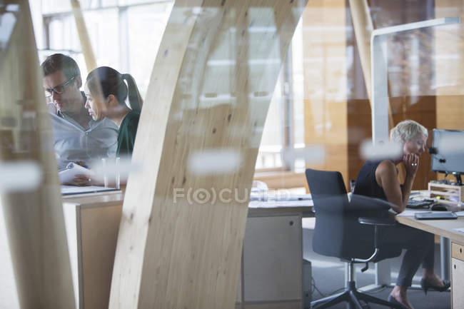 Uomini d'affari che lavorano in ufficio — Foto stock