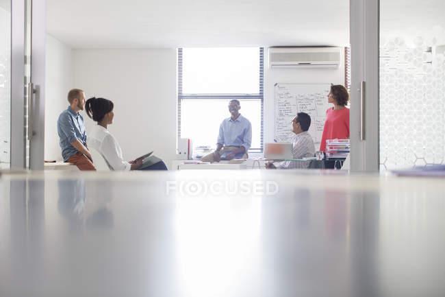 Gruppo di uomini d'affari che lavorano in bianco ufficio moderno — Foto stock