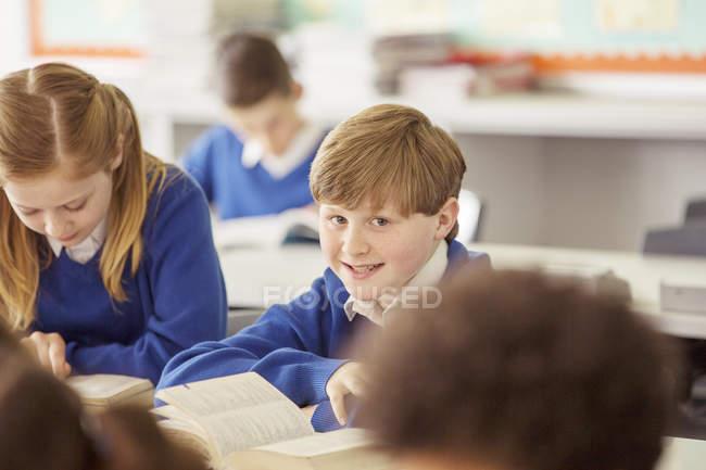 Bambini della scuola elementare in aula durante la lezione — Foto stock