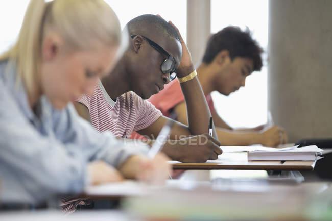 Étudiants universitaires passant un examen — Photo de stock