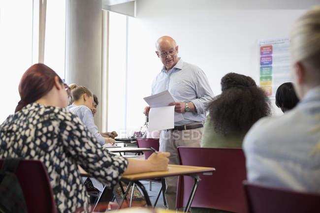 Професор, даючи результати іспиту для студентів ВНЗ — стокове фото
