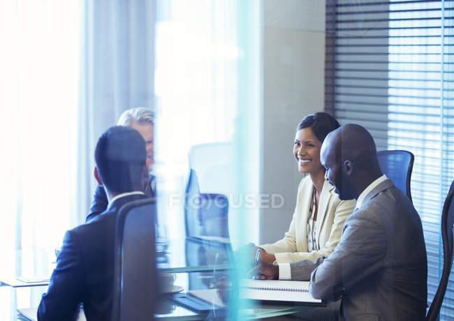 Uomini d'affari che si riuniscono in sala conferenze — Foto stock