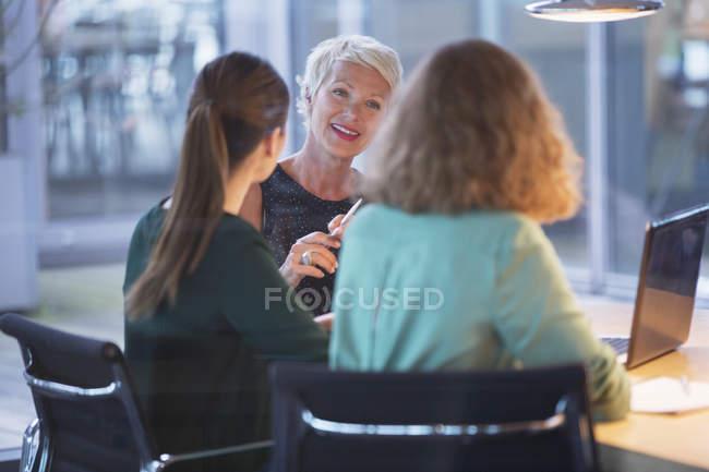 Бізнес-леді говорити в офісі зустрічі — стокове фото