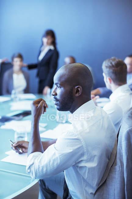 Бизнесмен во время деловой встречи в конференц-зале — стоковое фото