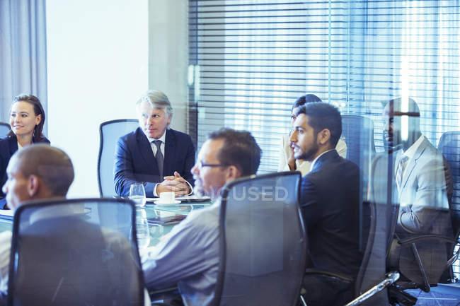 Деловые люди, имеющие встречи в конференц-зале — стоковое фото