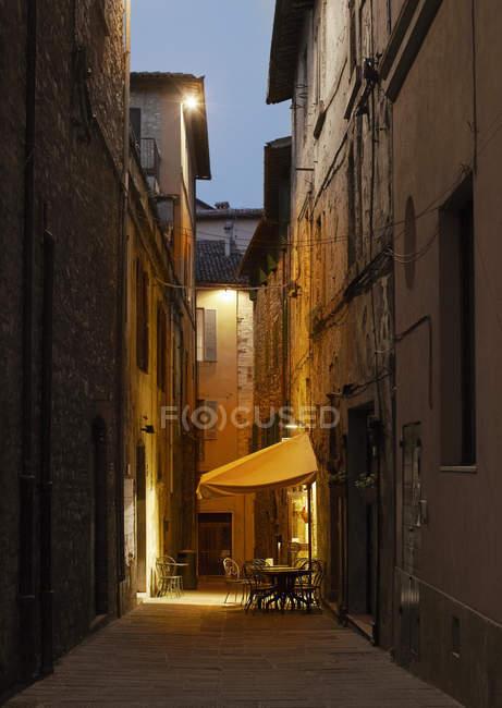 Вид таблицы кафе в городе аллее, освещенные в сумерках — стоковое фото