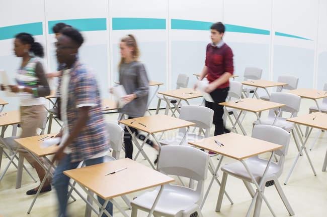 Schüler gehen nach dem Unterricht aus dem Klassenzimmer — Stockfoto