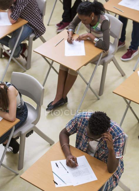 Vista elevata degli studenti che scrivono il loro esame GCSE in classe — Foto stock