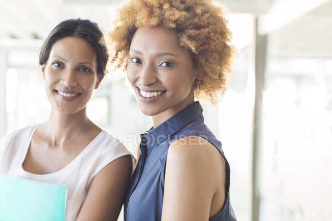 Портрет два усміхнених жінок у сучасні офісні — стокове фото