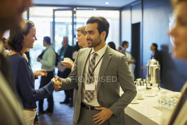 Gente di affari che agitano le mani durante la ricezione in ufficio — Foto stock
