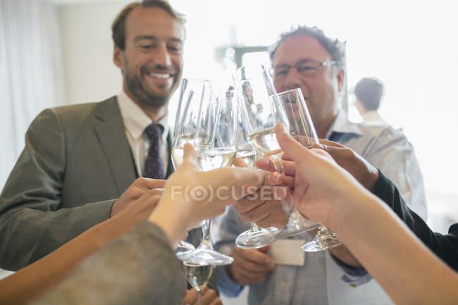 Ділові люди тостів з шампанським під час зустрічі — стокове фото