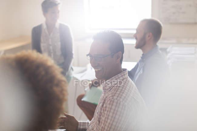 Ділові люди, які працюють у сучасному офісі. — стокове фото