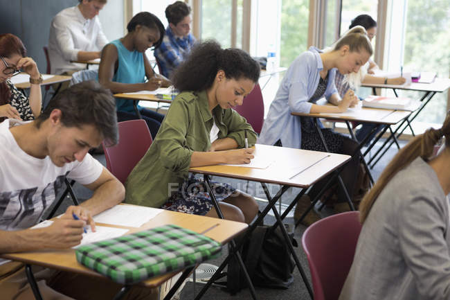 Étudiants de l'Université prendre l'examen en salle de classe — Photo de stock