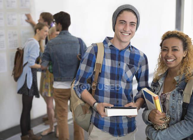Портрет двох посміхаючись студентів університету стояли в коридорі — стокове фото