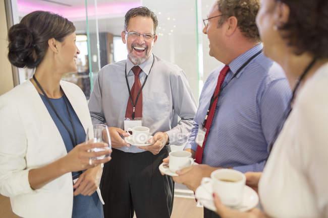 Люди в фойе конференц-центра во время кофе-брейк — стоковое фото