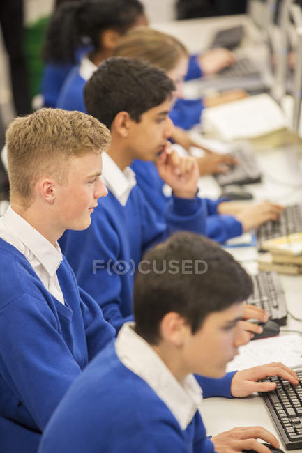 Studenti durante esso lezione in classe — Foto stock